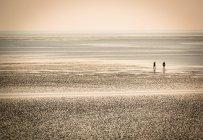 Люди мимо берега — стоковое фото