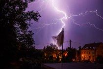 Lila Nachthimmel mit Gewitter und Blitze in der Stadt — Stockfoto