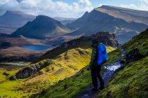 Homem, caminhadas nas montanhas, Escócia — Fotografia de Stock