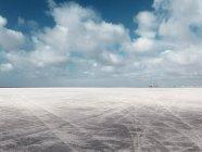 Paysage de plaine gris sable et ciel nuageux — Photo de stock