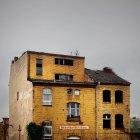 Viejo edificio de ladrillo con antena en azotea - foto de stock
