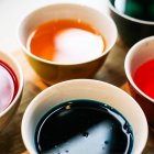 Detailansicht der bunten Farben in Schalen zum Ostereier färben — Stockfoto