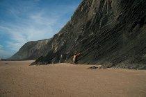 Піщаний пляж з Скелясті гори, сходження на гору людина — стокове фото