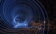 Longa exposição de luzes azuis redondas no parque — Fotografia de Stock