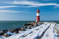 Seelandschaft mit Leuchtturm-Gebäude — Stockfoto