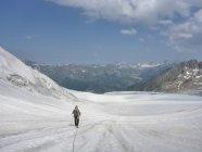 Vista de paisagem e traseira de montanhas de andarilho — Fotografia de Stock