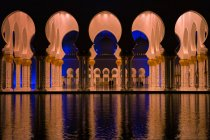 Vista panorâmica da Mesquita de Abu Dhabi de dentro, iluminada, Emirados Árabes Unidos, Emirados Árabes Unidos — Fotografia de Stock