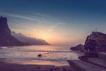Paysage de bord de mer avec plage — Photo de stock