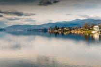 Paysage avec les montagnes et le lac — Photo de stock