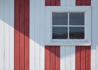 Blick auf skandinavischen Holzhütte Fenster — Stockfoto
