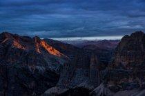 Dolomitas en oscuridad lluviosa las nubes - foto de stock
