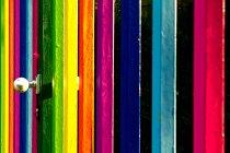 Cerca colorida con franjas brillantes - foto de stock