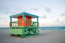 Деревянные пляжным домиком на побережье — стоковое фото