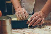 Людину покласти тісто в трей — стокове фото