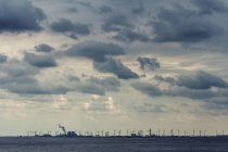 Paesaggio con mulini a vento turbine e fabbrica — Foto stock