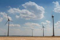 Mulini a vento producendo energia nel campo — Foto stock