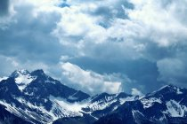 Towering snow covered mountain peaks — Stock Photo
