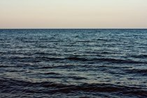 Вид на море в свете заката — стоковое фото