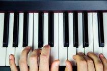 Detailansicht der Hände, die Klavier spielen — Stockfoto