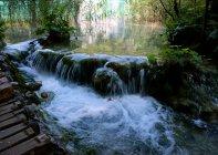 Schöne natürliche Wasserfall — Stockfoto