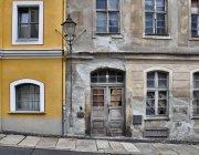 Fachadas de edifícios de cidade pequena, envelhecidas e novas casas — Fotografia de Stock