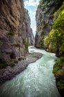 Fluxo do rio em montanhas rochosas — Fotografia de Stock