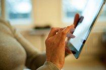 Gros plan de mains travaillant avec tablette numérique — Photo de stock
