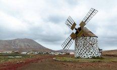 Colinas e antigo prédio do moinho de vento — Fotografia de Stock