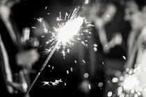 Detailansicht des brennenden Wunderkerze, Party auf Hintergrund — Stockfoto