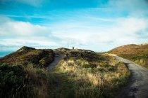 Люди сидять на трав'янисті пагорби — стокове фото