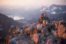 Alpine montañas con picos nevados - foto de stock