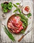 Rohes Fleisch mit Kräutern und Gewürzen — Stockfoto