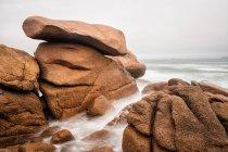 Vue du bord de mer rocheux dans la journée — Photo de stock