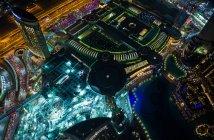 Повітряні міський пейзаж метрополії Дубаї, освітлені вночі, Об'єднані Арабські Емірати — стокове фото