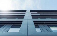 Высокий рост, фасад современной архитектуры здания — стоковое фото