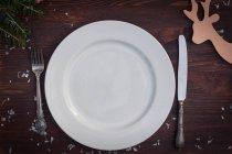 Piatto bianco con coltello e forchetta — Foto stock