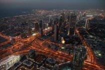 Paysage aérien de métropole de Dubaï à l'architecture moderne éclairée à la tombée de la nuit, des Émirats Arabes Unis — Photo de stock