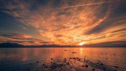 Coucher de soleil au bord de la mer et les montagnes — Photo de stock