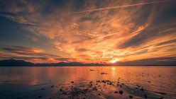Захід сонця на узбережжя та гори — стокове фото