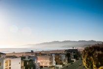 Kleine Stadt mit Häusern am Strand am Meer — Stockfoto