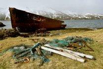 Ржавый лодки на побережье в Исландии — стоковое фото