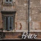 У віці старі стіни текстура з windows і бар — стокове фото