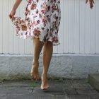 Обітнутого зображення босоніж жінка в літні Дрес танці — стокове фото