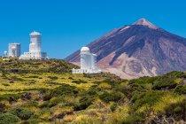 Paysage de montagnes désertes avec observatorio del teide — Photo de stock