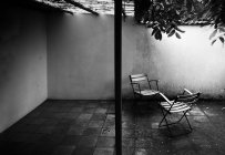Inside house backyard with chairs, black and white — Stock Photo