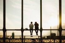 Vue des gens assis sur la rambarde du pont arrière — Photo de stock
