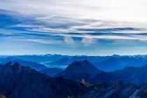 Montanhas alpinas com picos cobertas de neve — Fotografia de Stock