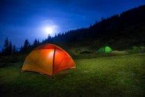 Camping Zelte unter Mond — Stockfoto