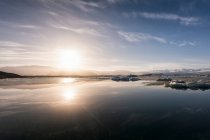 Paisaje marino con hielo por la orilla del mar - foto de stock