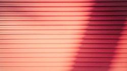 Imagen de fotograma completo de revestimiento de fachada de pared rojo - foto de stock